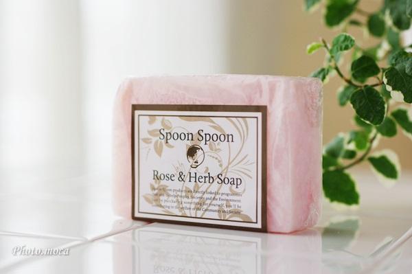 国産エシカルコスメ スプーン・スプーン「国産ローズ&ハーブ 美肌洗顔せっけん」サッパリなのに肌が潤います
